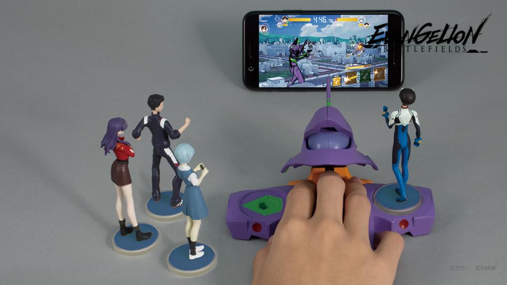 ในตอนนี้นั้นทาง Takara Tomy Arts เตรีมตัวออกวางของเล่นใหม่ซึ่งใช้กับเกม Evangelion Battlefields โดยเฉพาะนั้นก็คือ จอยคอนโทรลเลอร์สุดพิเศษ แบบหัว EVA และยังมีฟิกเกอร์หุ่นยนต์เพิ่มเติมเข้ามาด้วย โดยเกมจะเริ่มเปิดให้เล่นกันได้ในญี่ปุ่นวันที่ 26 มีนาคม 2020 ที่จะถึงนี้  Evangelion Battlefields เป็น เกม ต่อสู้แบบ Real-Time ภาพกราฟิกแบบ 3 มิติ ที่ผู้เล่นจะได้ควบคุม EVA เข้าต่อสู้กับ EVA ผู้เล่นสามารถควบคุมหุ่นด้วยจอยคอนโทรลเลอร์นี้!! ที่สำคัญหุ่นฟิกเกอร์ที่ได้มาจะสามารถเพิ่มพลังให้หุ่นของเราได้อีกด้วย ไปลองชมกันดีกว่าว่ามันเป็นอย่างไรหลายคนอาจจะสงสัย  ตัวอย่าง Evangelion Battlefield   โดยจอยจอยคอนโทรลเลอร์ที่ใช้กับเกม Evangelion Battlefield นั้นจะมีราคาอยู่ที่ 4,980 เยน (ประมาณ 1,500 บาท) มีลายให้เลือกใช้ 2 แบบคือ EVA 00 และ EVA 01 เราสามารถต่อจอยนกับสมาร์ทโฟนเพื่อใช้เล่นเกม Evangelion Battlefields ได้ รูปแบบการใช้งานจะคล้ายกับเมาส์คอมพิวเตอร์ ที่มีปุ่มออกคำสั่ง ทำให้ผู้เล่นสามารถเล่นเกมได้สะดวกขึ้นด้วยมือเดียว  ราคาของมินิฟิกเกอร์จะมีราคา 750 เยน (ประมาณ 220 บาท) ต่อตัว ตัวละครที่ถูกทำออกมาเป็นมินิฟิกเกอร์ได้แก่ Shinji, Asuka, Rei และ Misato Katsuragi อย่างไรก็ตาม ฟิกเกอร์นี้จะมีตัวละครออริจินัลที่มาจากเกมเท่านั้น โดยจะมีฟิกเกอร์ทั้งสิ้น 12 ตัวเอาไว้สะสมและใช้งานในเกม  ฟิกเกอร์นี้ไม่ได้ทำออกมาแค่เท่ๆเท่านั้นมันยังมีความสามารถ โดยถ้าเรานำฟิกเกอร์ไปวางลงบนคอนโทรลเลอร์ คอนโทรลเลอร์ก็จะทำการอ่าน ID-Chip จากฟิกเกอร์ และก็จะส่งผลมาให้ในเกม โดยแต่ละฟิกเกอร์ก็จะให้ผลลับที่แตกต่างกันออกไป มันคือของเล่นใหม่จริงๆ น่าสนใจมากใครที่สนใจอยากจะได้มาไว้ใรครอบครองนั้นก็ไปหาซื้อกันได้เลยที่ https://e.takaratomy-arts.co.jp/shop/default.aspx  ข้อมูลจาก – thisisgamethailand.com  อ่านข่าวลิเวอร์พูลได้ที่ –ลิเวอร์พูล  โดย –เกมฮิต